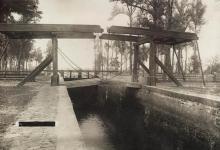 Zdjęcie czarno-białe śluzy na Kanale Augustowskim z  1908 r.