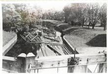 Zdjęcie czarno-białe ukazujące spław drewna na Kanale Augustowskim na Śluzie Kudrynki w 1962 roku