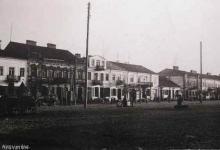 Zdjęcie czarno-białe bardzo pierzei wschodniej ul. Rynek Zygmunta Augusta- początek XX wieku- widoczne augustowskie kamieniczki i fragment ulicy.