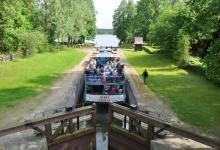 Śluzowanie statku Żeglugi Augustowskiej, na którym jest dużo pasażerów na Kanale Augustowskim, fot. J. Koniecko